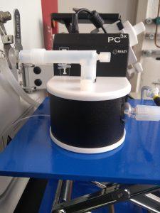 Elemental Scientific PC3x, Peltier-gekühlte Zyklonsprühkammer. Unser spezielles Einlasssystem für die Probeneinführung enthält eine herkömmliche Zyklonsprühkammer mit thermischer Stabilisierung, um Probenstörungen und Langzeitstabilität zu reduzieren.