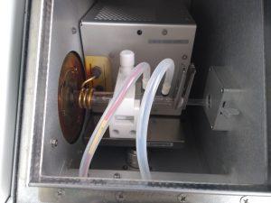 ICP-MS Quarzbrenner. Zusammen mit Argongas und Hochfrequenzspule zur Erzeugung eines starken elektromagnetischen Feldes löst der Brenner die Ionisierung der vernebelten Probe für einzelne Elemente und deren Massen aus, die mit dem Massenspektrometer gemessen werden sollen.