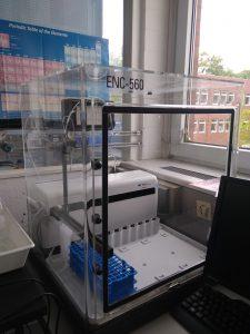 Cetac ASX 500 Autosampler. Sie legen Ihre Flüssigkeitsproben hierher und beobachten, wie sie mit einem Roboterarm verschwinden.